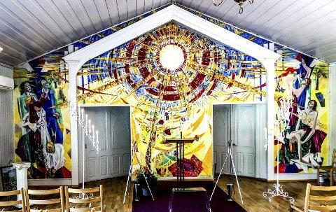 Kunst: Olaf Tangens mesterverk pryder hele endeveggen i kapellet på Kalstad. Bildet er tatt like etter en begravelse. Foto: Jimmy Åsen