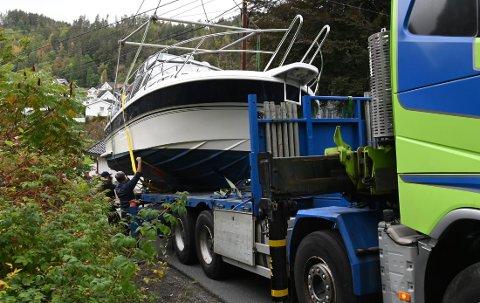 PÅ PLASS IGJEN: Her er fritidsbåten på plass igjen, etter at den hadde sklidd av lasteplanet under transport opp Rindekleiva i Sannidal.
