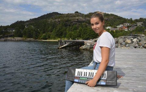LAMBASLEPP: Marion Skogseth Bjørsvik, eller «Marion Woodseth» som ho kallar seg, held urpremiere for artistprosjektet sitt under Lambasleppet. Keyboardet under armen var sjølve starten på Marion sin nærast livslange musikkentusiasme.