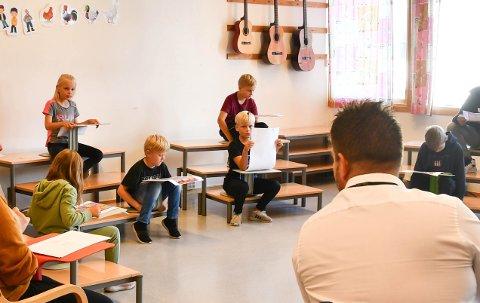 Under spørsmålsrunden skulle alle få stilla spørsmål dei hadde førebudd med klassane sine. For åtte år gamle Ingrid Rørvik Grov (øvst til venstre), og resten av klassen hennar, var det trafikktryggleik som stod øvst på lista.