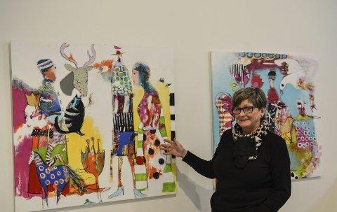 Fantasi: Mary-Anne Svilaas i Kongsberg kunstforening mellom to av verkene til Anne Valen Næss.Alle foto: Mona Sandviken