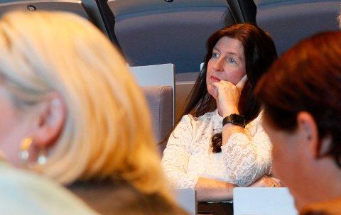 LYTTET TIL DEBATTEN: Rektor Britt Ellen Fagerheim lyttet til den omstendelige debatten om detaljer ved den kommende skolen.