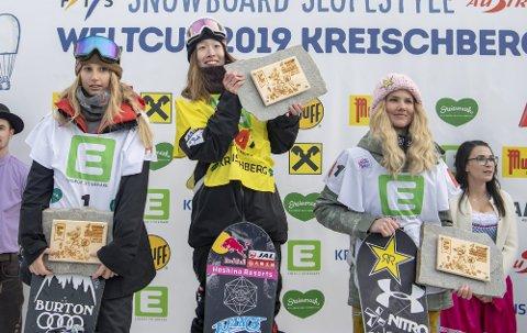 TREDJEPLASS: KIF-jenta Silje Norendal (t.h.) endte på tredjeplassen i lørdagens verdenscupkonkurranse i slopestyle i Kreichberg i Østerrike. Japanske Myabi Onitsuka vant, mens Anna Gasser ble nummer to. FOTO: EPA/CHRISTIAN BRUNA
