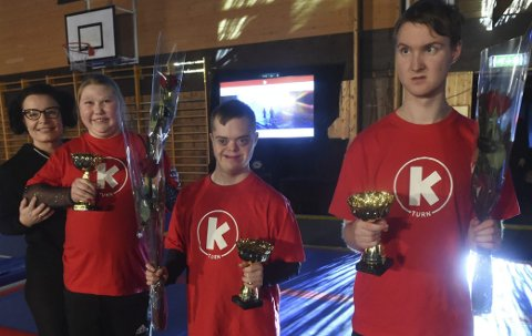 HEDRET: Leder Ann Kristin Kjelsaas sammen med stolte turnerne. Fra venstre: Regina Hørtvedt Ovastrøm, Daniel Kvamme og Eimund Skaug.FOTO: OLE JOHN HOSTVEDT
