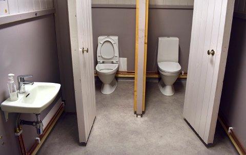 Slik ser det ut nå etter at bygda har hjulpet til med å reparere det nye gulvet og fått inn nytt utstyr, blant annet fire nye toaletter.