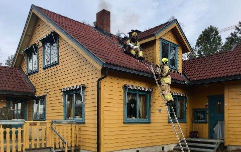 Slukningsarbeid: Brannvesenet fikk raskt kontroll på pipebrannen ved hjelp av pulver. Det var kraftig pipebrann.
