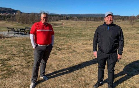 GOLF: Gjermund Buen er daglig leder og Jan Erik Auen er styreleder for Kongsberg Golfklubb. Begge er godt fornøyd med å kunne åpne banen rekordtidlig i år.