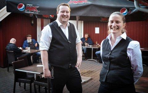 GJESTER TILBAKE: Så glade er Henrik W. Fundingsland og Mari Evjen Jørstad etter at Gamle Norge pub åpnet igjen etter et halvt år med stengte dører.