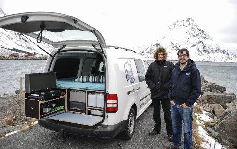 Varebil med det meste: Bak i denne VW Caddy-en er det funnet plass til det aller meste. Gasskomfyr, kjøleskap, vanntank, bestikk og dekketøy med mer. Oppå passer en 140 x 200 cm dobbeltseng inn. Trådløst internett er også på plass, og er bare en av flere smarte løsninger i det egenutviklete konseptet. Initiativtakere Mike Barten (t.v.) og Henning Leible har stor tro på planene framover.Alle foto: Øystein Ingebrigtsen