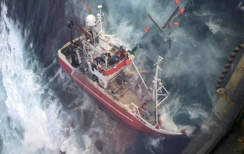 FORLIST: Alle fem om bord ble heist i sikkerhet av helikopteret. «Kim Roger» var hjemmehørende i Sørvågen og eid av rederiet Bfisk AS. Foto: 330-skvadronen