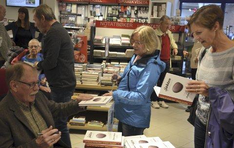 Kø: Det var mange som møtte opp på Rødsand Libris for å få signert boka på lanseringsdagen.