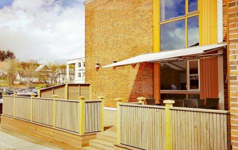 UTESERVERING: Digg Bar pusset opp uteområdet ved sine lokaler.