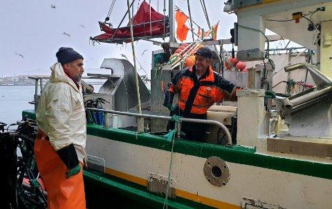 Det var god stemning da Svein-Arne Arntzen la til kaia med båten Sjønapp. Angel Eriksen (t.v.) hos Jentoft AS var klar til å ta i mot dagens fangst