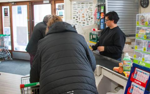 GIR SEG: Line Berge gir seg som daglig leder i nærbutikken i Korshamn.