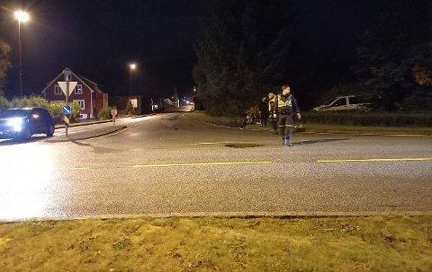 ULYKKE: Politiet i arbeid i krysset mellom Farsundsveien og Grøndokkmoen torsdag kveld.