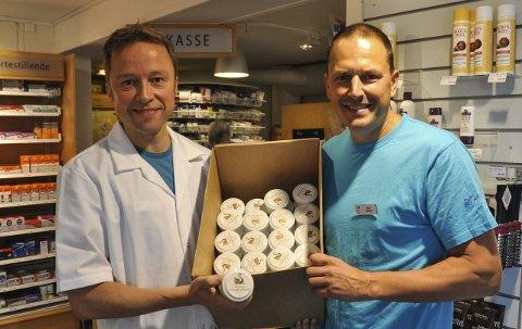 Første tagning: Farmasøyt Are Egeland og daglig leder Inge Valle Tangen viser stolt fram sin første produksjon av Svanens Vitaminkrem. Foto: Kjersti Halvorsen