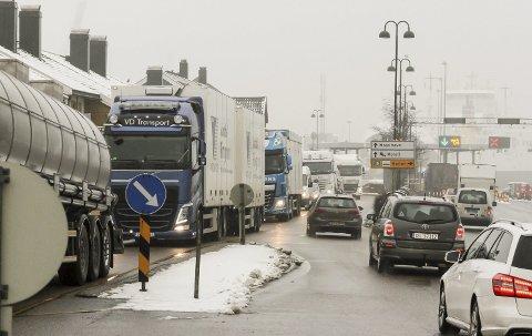 Nye veier: – Transportsektoren står for over 30 prosent av klimagassutslippene i Norge. Veitrafikken står for to tredeler av dette. Hvis godstransporten skal bli mer miljøvennlig, må langt mer av godset over på sjø og bane, skriver Erik Lahnstein i dette innlegget.