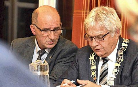 Rettet opp: Under ledelse av ordfører Olav Breivik (t.h.) og varaordfører Håvard Jensen har Hobøl kommune nå fått rettet opp økonomien så mye at kommunen kan ta farvel med Robek.