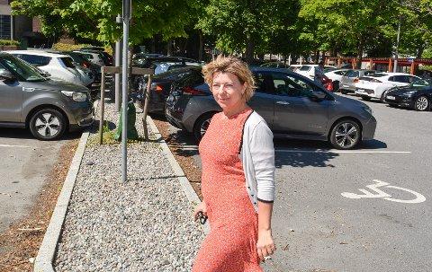 FORVENTER PARKERINGSDEBATT: Prosjektleder Helene Øvrelid i Miljøløftet Moss ved Kirketorget mandag.