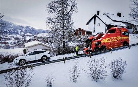 UTFOR: Denne bilen i Groftskaret i Namsos er en av flere kjøretøy som har havnet utfor vegen i dag. Nå advares bilister om kjøreforholdene i dag.