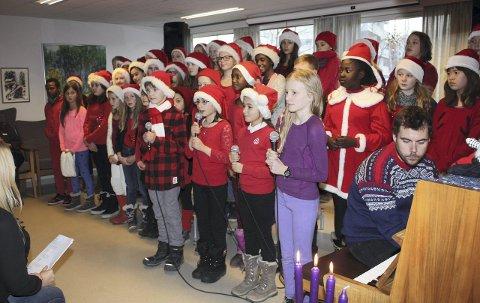 NISSEBARN: Mandag møtte syngende nissebarn fra Godlia skole opp og underholdt på Oppsalhjemmet. FOTO: ARNE VIDAR JENSSEN