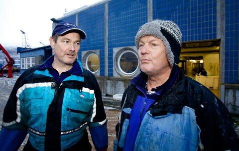 Steinar Johansen på kaia sammen med Roy Arne Pettersen som driver Skjervøys eneste fiskebruk. Det har vært et eventyrlig år for industribedriften, og nå forventer Pettersen en ny klondyke–sesong. 80 båter fra hele Nord–Norge har allerede meldt sin ankomst. Foto: Ola Solvang