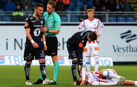 NY SKREKKAFTEN: Morten Gamst Pedersen ligger nede etter en tøff duell med Flamur Kastrati, som her kunne ha fått dagens andre gule kort før kvarteret var spilt.
