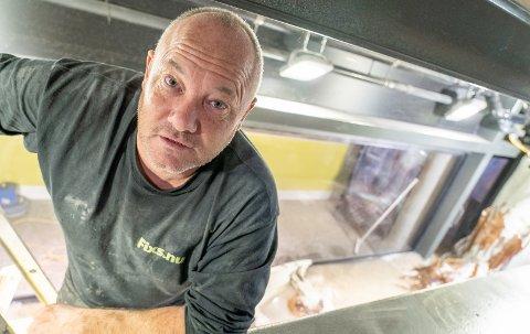 MANN I AKVARIE: Jan Van Ingen er kommet fra Nederland for å sørge for at akvariet på Kystens hus skal holde på vannet.