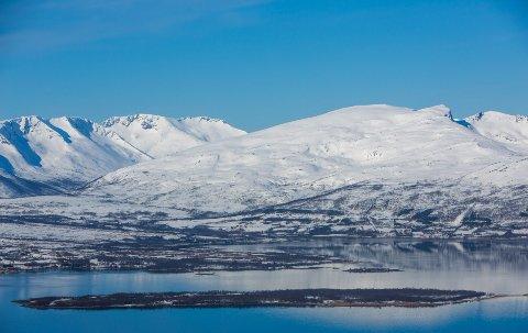 PÅSKEBRÅK: Både turfolk og fastboende i Håkøybotn ble forstyrret av helikopter tidlig skjærtorsdag. Trafikken skyldtes Troms Kraft Netts arbeid med ny forsyningslinje til Tromø by.