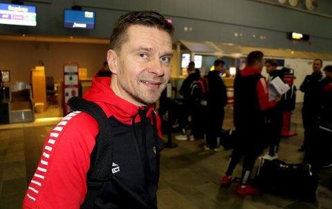 USIKKER: TILs sportssjef Svein-Morten Johansen på Tromsø lufthavn ved en tidligere anledning. Om TILs lag kommer seg dit i helga er han foreløpig veldig usikker på.