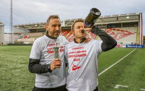 OPPRYKKSJUBEL: Bjørn Johansen (t.h.) og assistenttrener Joakim Klæboe fotografert etter at Fredrikstad sikret opprykket til 1. divisjon sist søndag.