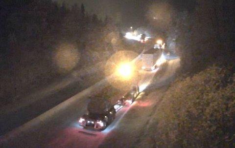 KØ PÅ STEDET: To vogntog har sakset i Brandvollbakken.