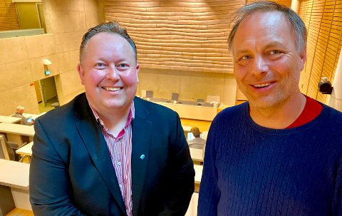 SPRE MAKTA: Brennbare saker vil fortsatt bli avgjort her i kommunestyresalen, men Jarle Heitmann  (til venstre) og Pål Julius Skogholt vil spre makta ved å involvere borgerpanel før enkelte beslutninger fattes.