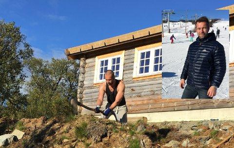 HÅNDMAKT: Martin Vedel Nielsen selger hytter i milloinklassen til daglig, men når han drømmer om hyttelivet er det mer det gamle stølslivet han lengter etter. Her legger han jord tilbake inn mot hytta med håndmakt.