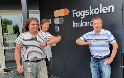 VELKOMMEN: Lærerne i teknologi og industriell produksjon, Yngve Brovold (til venstre) og Morten Sagstuen ønsker Rune Engen velkommen som student ved Fagskolen i Innlandet de neste seks ukene.