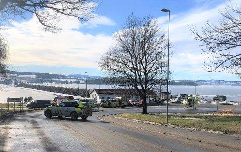 STORT OPPBUD: Politi, redningsdykkere fra Gjøvik og personell fra Redningsselskapet med luftputebåten Isvekteren er blant de som er til stede under aksjonen ved Helgøya i Ringsaker.