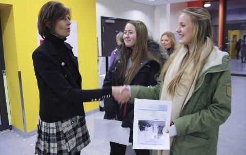VELKOMMEN: Rektor Elisabeth Edding tar imot Katarina Guttormsen og Vilde Rognmo fra Vinterbro under åpen dag på Roald Amundsen videregående skole.FOTO: VIVI RIAN