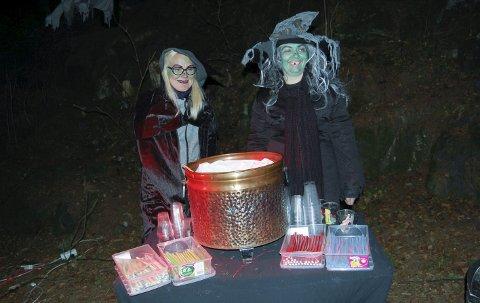 Heksekokker: Vibeke Taugbøl (t.v.) og Monica Ahlstrøm kalte det rottehalesuppe, men bød på velkjente godterier. foto: ole Kjeldsberg Endresen