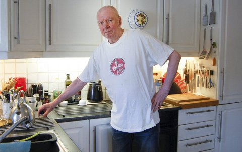 Kjøkkenskriver: Rolf Arild Teigen på Langhus er familiens kokk, men lager nesten aldri pizza. Han fikk nok den gang har var med å «lansere» historiens første pizza i Norge. I dag er Peppes-logoen rund som en pizza, men Teigens gasslykt er beholdt.foto: ole kjelsberg endresen