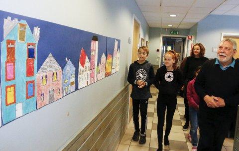 IMPONERT: Jan Baker og kona Dorrith er imponert over det elevene ved Sjøskogen skole har fått ut av bildene hans og lagd sine egne kunstverk. ALLE FOTO: STIG PERSSON