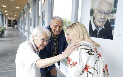 STORFORNØYD: Mona Moe Ribaut har gitt et fotoprosjekt i gave til 60-årsjubilanten Solborg bo- og aktiviseringssenter. Det har kommet til i nært samarbeid med Solborg. Her sammen med Maggi og ektemannen Anker Juelsen, gift i 66 år.