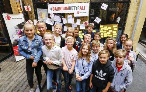 SEMINAR: Daniel Rishaug Kjos (12), nr. 3 fra venstre foran, er Redd Barna-ambassadør. Onsdag hadde han med hele 7B inn til Redd Barna-seminaret på Kulturhuset i Oslo sentrum.