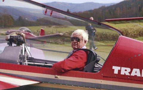 Extra 300: Nils Reidar Skauen i sitt fly av typen Extra 300. Det står på Geiteryggen i Skien og brukes stadig til akrobatikkflyving, for eksempel som da NRKs «Sommerbåten» var på larviksbesøk i sommer.