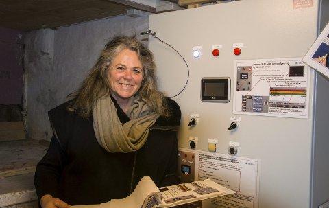 Brannsikkert: Tolleroddens styreleder Hilde Borgir ved den avanserte alarmsentralen til det nyinstallerte vanntåkeanlegget. Nå har Tollerodden fått et hypermoderne brannslokningsanlegg, men håpet er at det aldri vil komme i bruk.foto: roger W. Sørdahl