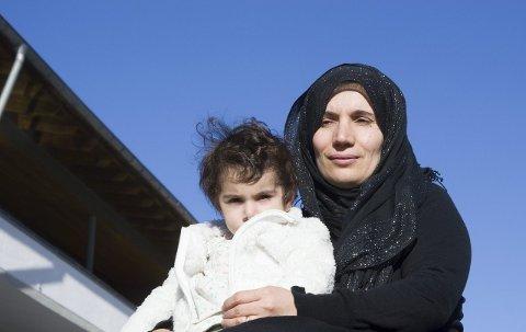 Oppfordring: Kurdiske Vian Wali, her med datteren Lia, overlevde folkemordet i Halabja 16. mars 1988. Nå oppfordrer hun alle til å få øynene opp for hva som skjer i Midtøsten og gjøre alt for at ingen igjen skal få oppleve det hun og familien måtte gjennom.foto: roger W. sørdahl