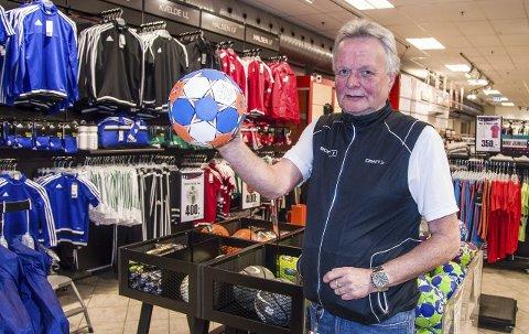 Håndball: Håndballen har vært en viktig del av livet for Steinar Olsen, som nå er trener for Halsens G8-lag, og som ikke utelukker at han stiller seg mellom stengene igjen i veteran-NM til høsten. Foto: Svend E. Hansen