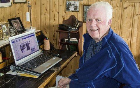 Oppdatert: – På Facebook kan jeg kommunisere med venner over hele landet og holde meg oppdatert, legge ut egne bilder, innspill og kunngjøringer, sier 83-årige Lars Gunnar Røed. Foto: Svend E. Hansen