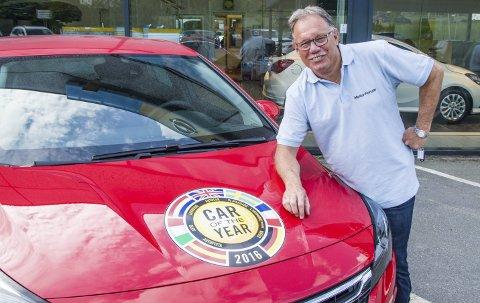 Flott jobb: – Jeg kan ikke tenke meg noen triveligere jobb eller bedre arbeidssted, sier Roy Gogstad, som nå har 50 år bak seg – 36 av dem som bilselger – i det som nå heter Motor Forum Larvik AS. Foto: Svend E. Hansen