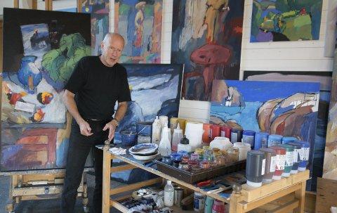 Ikke tid: Åke Berg jobber mye og har ikke tid til noe pensjonisttilværelse. På Kaupang skapes daglig deler av en stor produksjon som både er bred og har en garanti i blått i seg.foto: per Albrigtsen