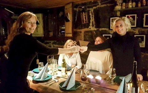 Overtar: Ane Aarsten (til venstre) overtok lederklubba fra den avtroppende lederen Anita Tvedten. Nå skal 20 års historie føres videre og jentene håper å få enda mer tid til jakt og fiske.